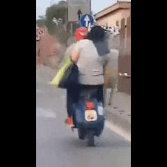 Napoli: immagine di Gesù Cristo per coprire la targa dello scooter (video)