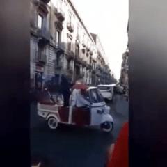 Catania, quando gli sposi arrivano in Ape Car (video)