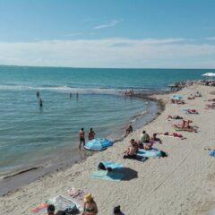 In Romagna: «C'è un medico?» Parto in spiaggia, è il settimo figlio