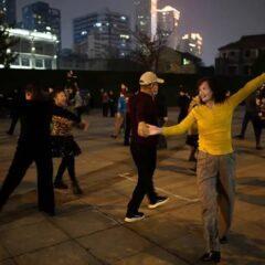Wuhan, un anno dopo balli e feste nei parchi